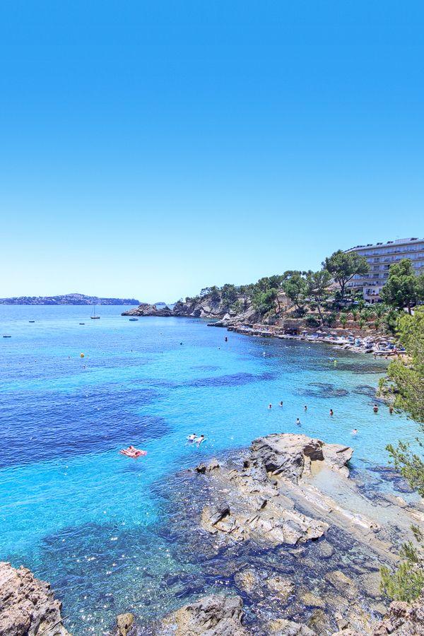 Solche paradiesischen Buchten warten in Cala Fornells darauf, von euch entdeckt zu werden! Bucht jetzt eure Mallorca Unterkunft für einen traumhaften Urlaub bei: www.portaholiday.de