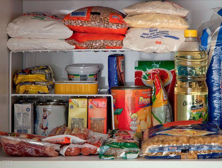 Como organizar os mantimentos nos armários da cozinha
