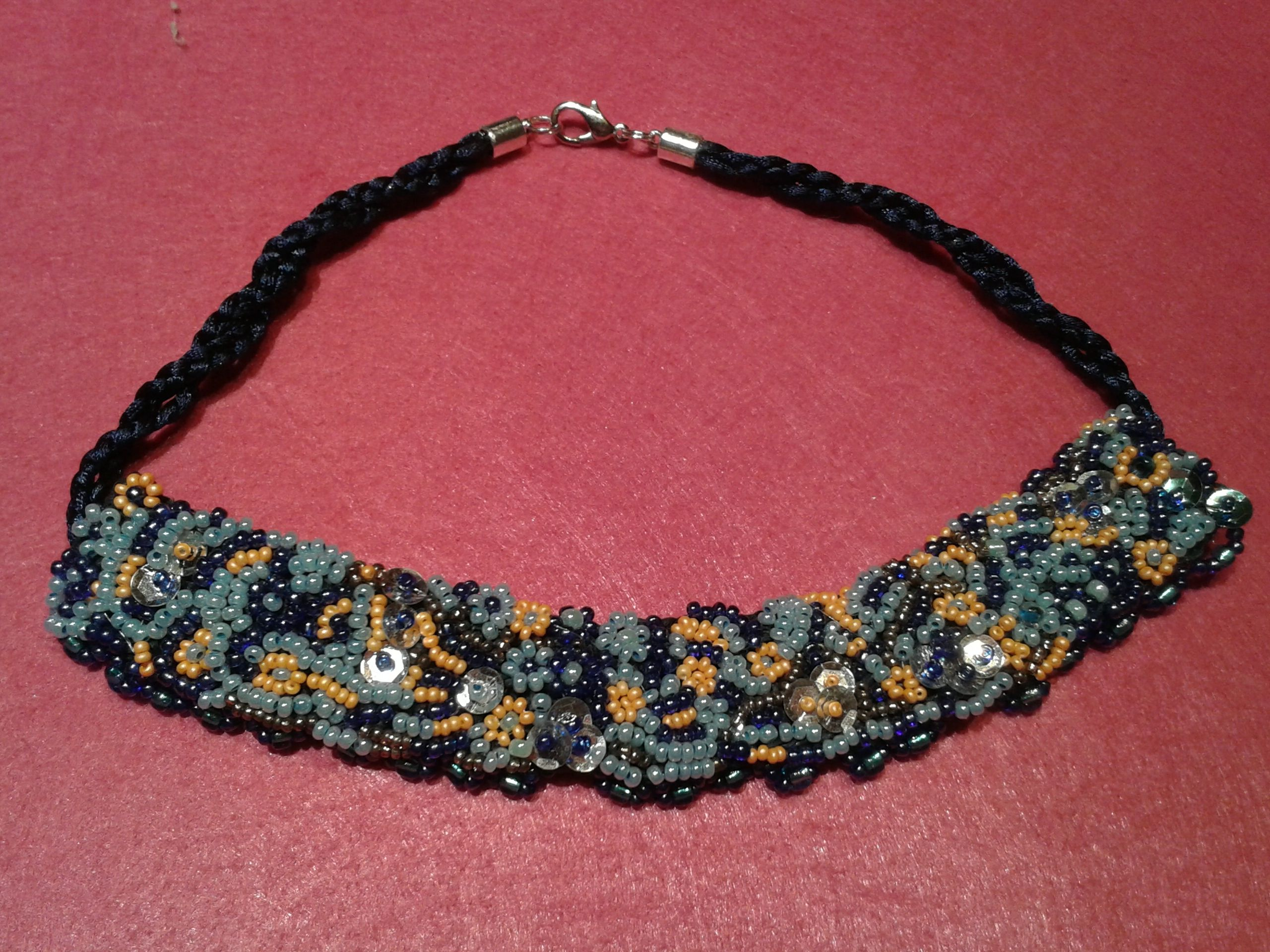 COLLAR CORTO BORDADO CON MICROPERLAS
