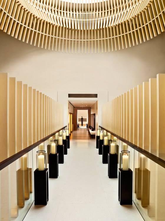 香港小型的國際酒店The Upper House位在維多莉亞港旁,因為屬於精緻型的酒店,香港建築師引用高級私人住宅安和寧靜的氛圍,提升酒店的質感。然而你們相信嗎?竹與木的材料搭配鏡面、玻璃能夠打造時尚而靜謐的現代宮廷風!藉由燈光與色澤的互相作用,巧妙將自然素材轉化成金屬光輝的華貴印象。這樣的現代宮廷風格,多了一份寧靜。 via AFSO
