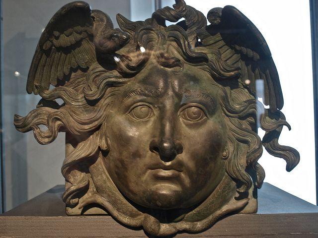 Cabeza de Medusa (bronce)    Museo Nazionale Romano (Palazzo Massimo alla terme di Diocleziano)  Época de Calígula 37-41 a.C.
