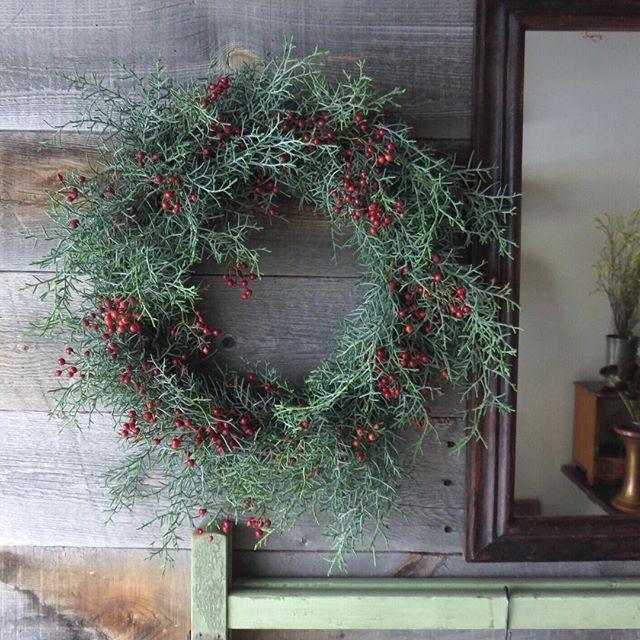 Instagram media by alley_kobe - simple wreath . 野ばらとブルーアイスのシンプルなリース。 森の中にいるような、よい香りがします。 . #11月のアリー #リース #alley_kotani #wreath #kobe #christmaswreath #クリスマスリース
