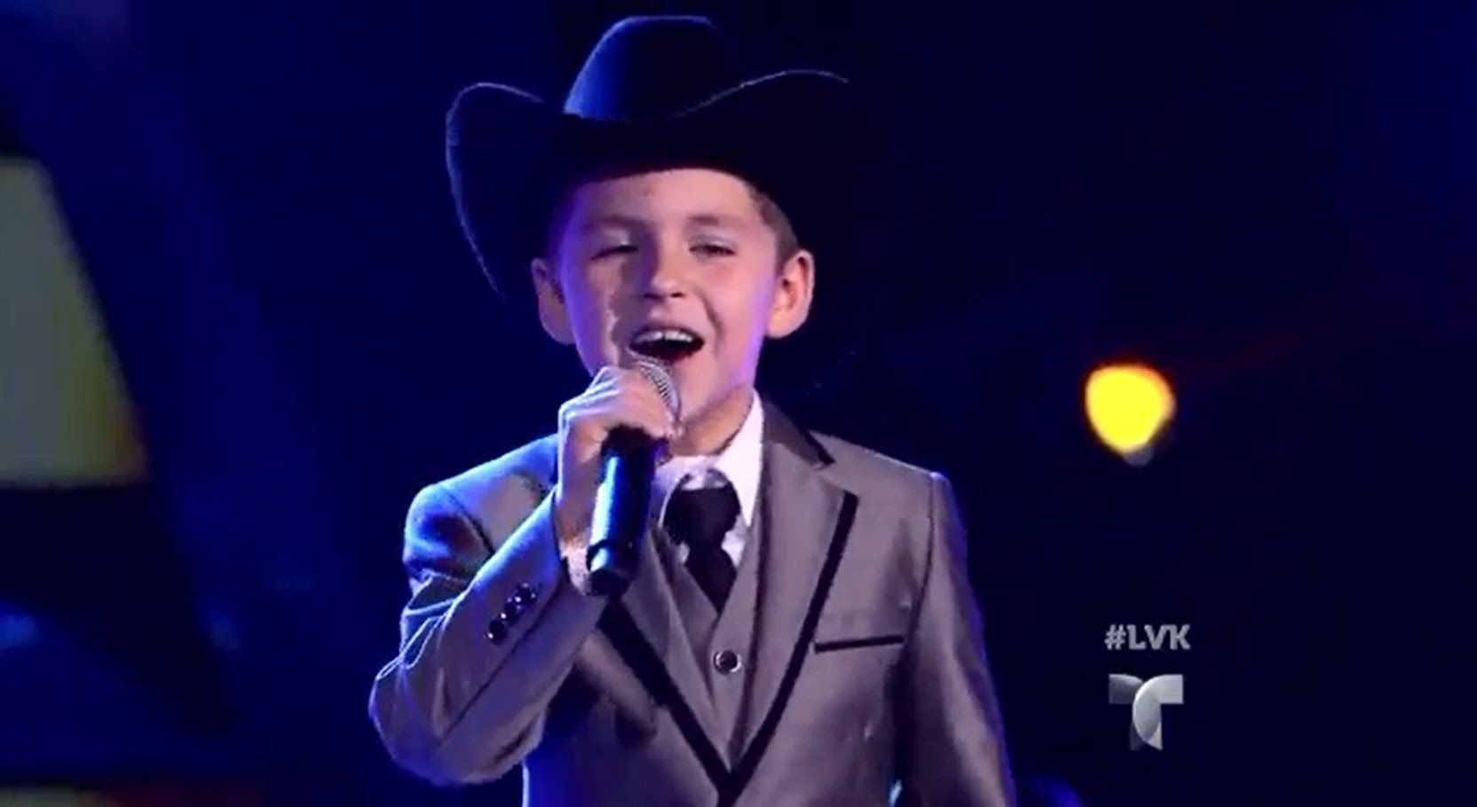 "Emilio Ortega canta ""La Puerta Negra"" en La Voz Kids"