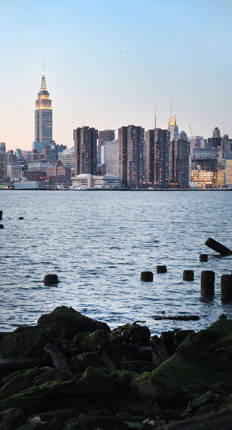 Manhattan skyline / Find travel tips for NYC at A Globe Well Travelled