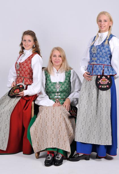 TRØNDERBUNAD Den bunaden vi bruker i dag ble kreert av de tre håndarbeidslærerinnene Kaspara Kyllingstad, Ingeborg Krogstad og Ragna Rytter. De tre forsøkte å legge sammen ulike tradisjoner i trøndelagsbygdene for om mulig å lande på en bunad som skulle representere tradisjonene i landsdelen. Bunaden finnes i rødt, grønt og blått og er inspirert av rokokkomotene på 1700-tallet som da hadde stor innflytelse på drakttradisjonene i Trøndelag. Bunaden var ferdig i 1923.
