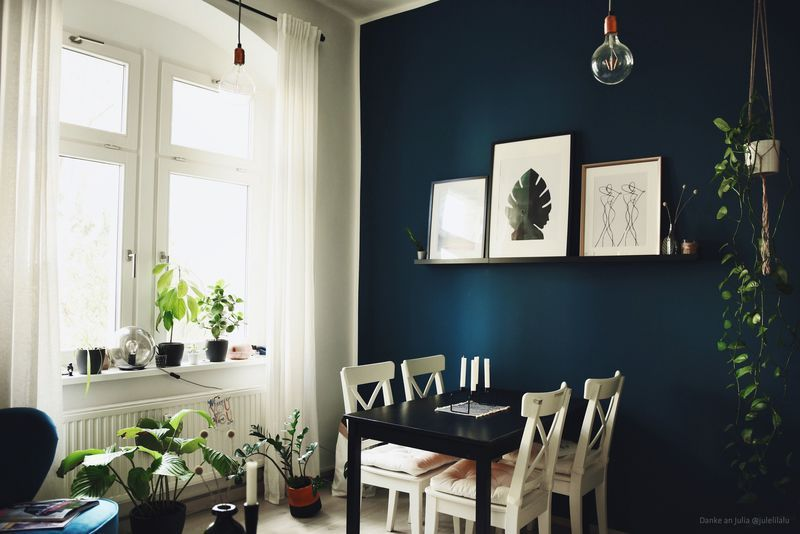 Wandgestaltung in Dunkelblau im Wohnzimmer und im