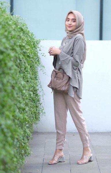Celana Cream Cocok Dengan Baju Warna Apa