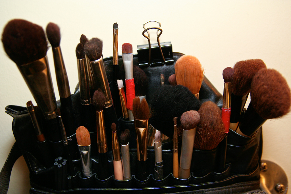 Many of us wear makeup to make ourselves look and feel better. Putting makeup on can boost our confidence, and make us feel more comfortable in our own skin. When you cover a spot with concealer or apply a coat of mascara, you may suddenly feel much better. But you shouldn't use makeup to hide away behind a mask. Often, less is more. If you know the tricks of the trade, you can use minimal makeup to create stunning, natural looking results…