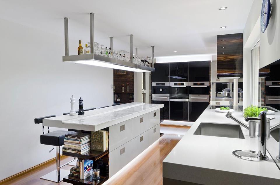 Bar Suspendu Avec Verres Et Bouteilles Luxury Kitchen Design Contemporary Kitchen Kitchen Design Trends