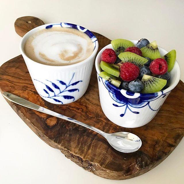 WEBSTA @ pernille_krogh - Godmorgen❤🤗☕️🥝🍓#goodmorning #friday #tgif #weekend #goodtimes #amazing #breakfast #brunch #inspiration #motivation #love #coffee #fruit #healthy #instafood #fit #fitfood #delicious #tasty #yummy #royalcopenhagen #sundhed #livsstil #morgenmad #frugt #bær #kaffe #skyr #hälsa #helg