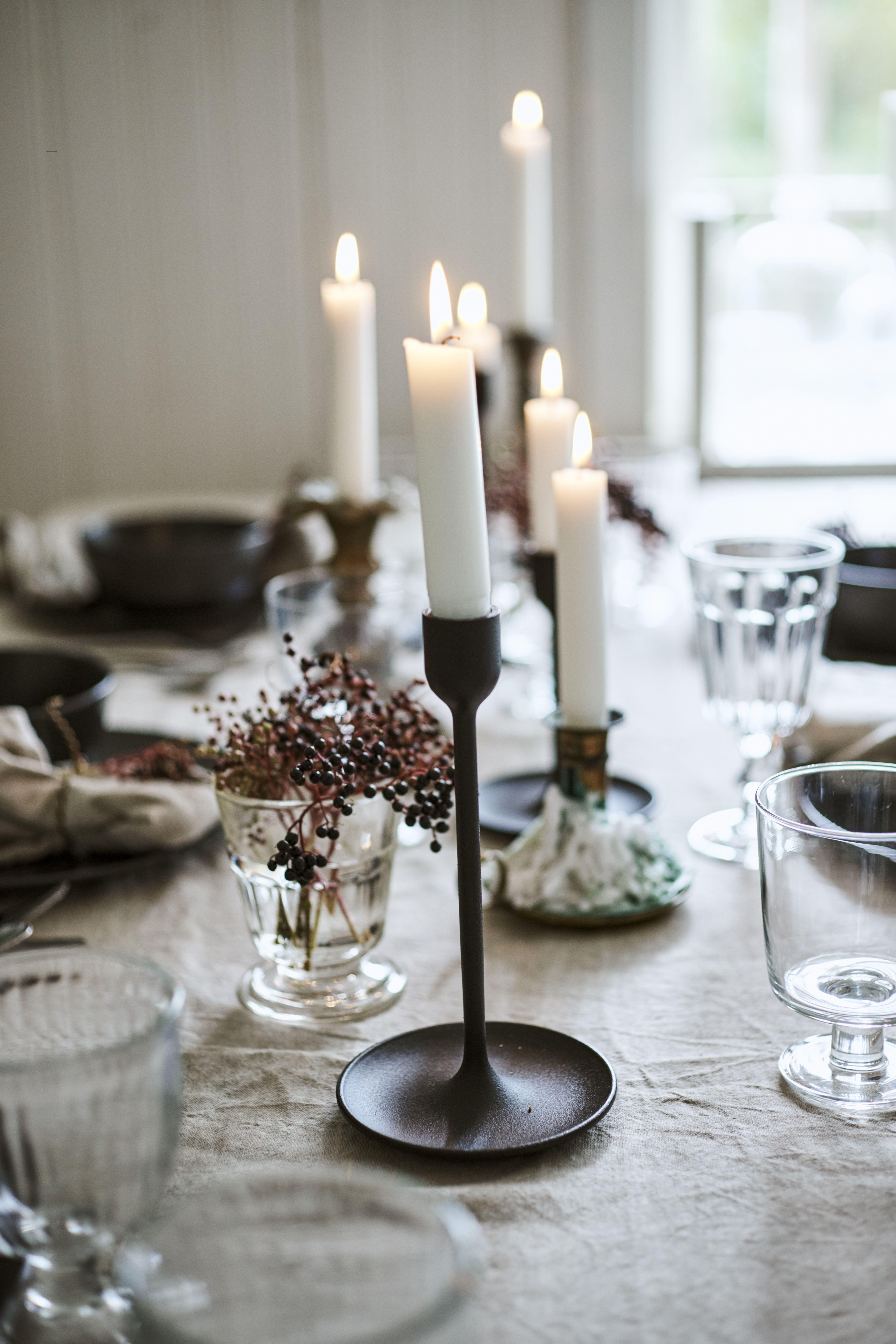 Winterliche Tischdekoration mit gemütlichem Kerzenschein