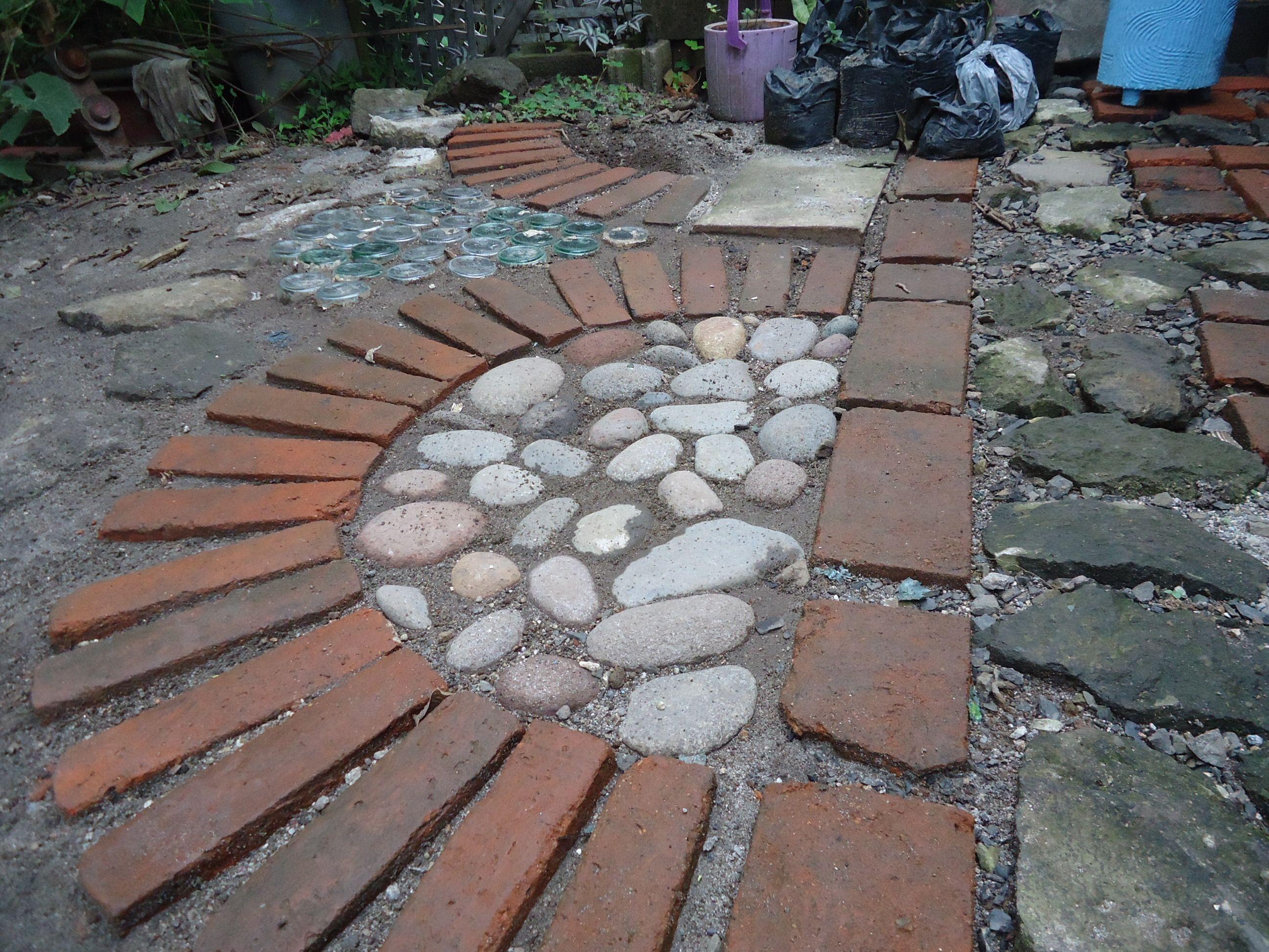 gaviones decorativos bali piedra natural gavion rojo piso de patio sin argamasa piedra de rio ladrillo rojo y botellas.