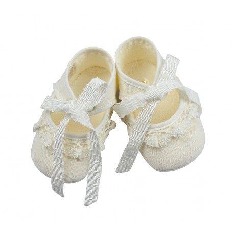ea12211f8 No pueden ser más ideales estos zapatos de Paz Rodríguez en lino marfil que  encontrarás en la sección Complementos para Bebé de nuestra tienda online