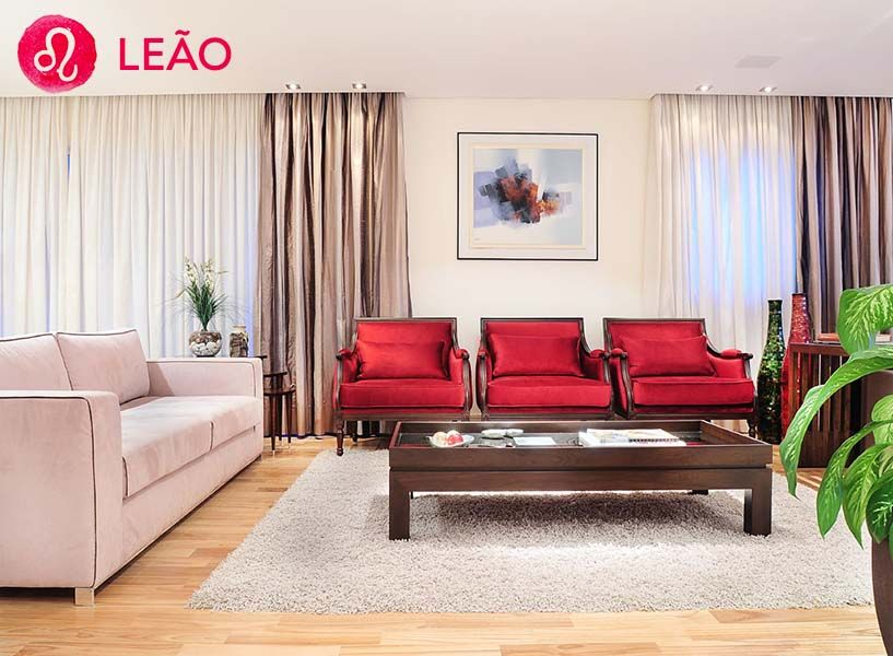 <strong>Leão</strong> - O leonino faz da sua casa o seu palácio. Eles gostam de ambientes clássicos, com objetos grandiosos e ornamentados, além de luz natural. <br><strong>Cores: </strong>Tons quentes e vibrantes.<br><strong>Formas: </strong>Círculos regulares e formas cheias.<br><strong>Materiais: </strong>Nobres, como ouro e mármore.