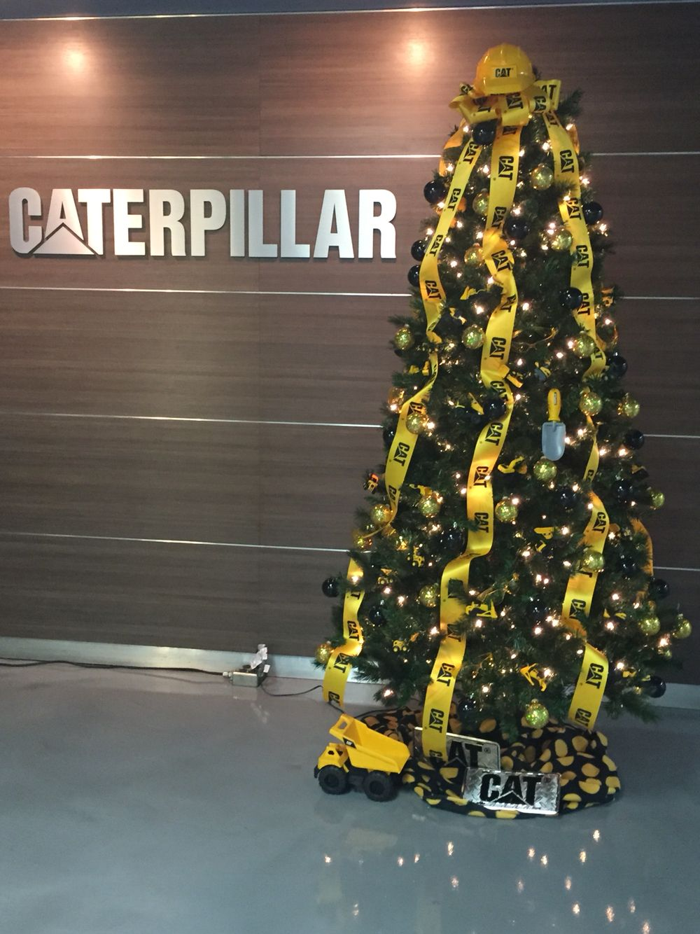 Construction Themed Christmas Tree At Caterpillar Nlr Christmas Tree Themes Christmas Tree Pictures Green Christmas Tree Decorations