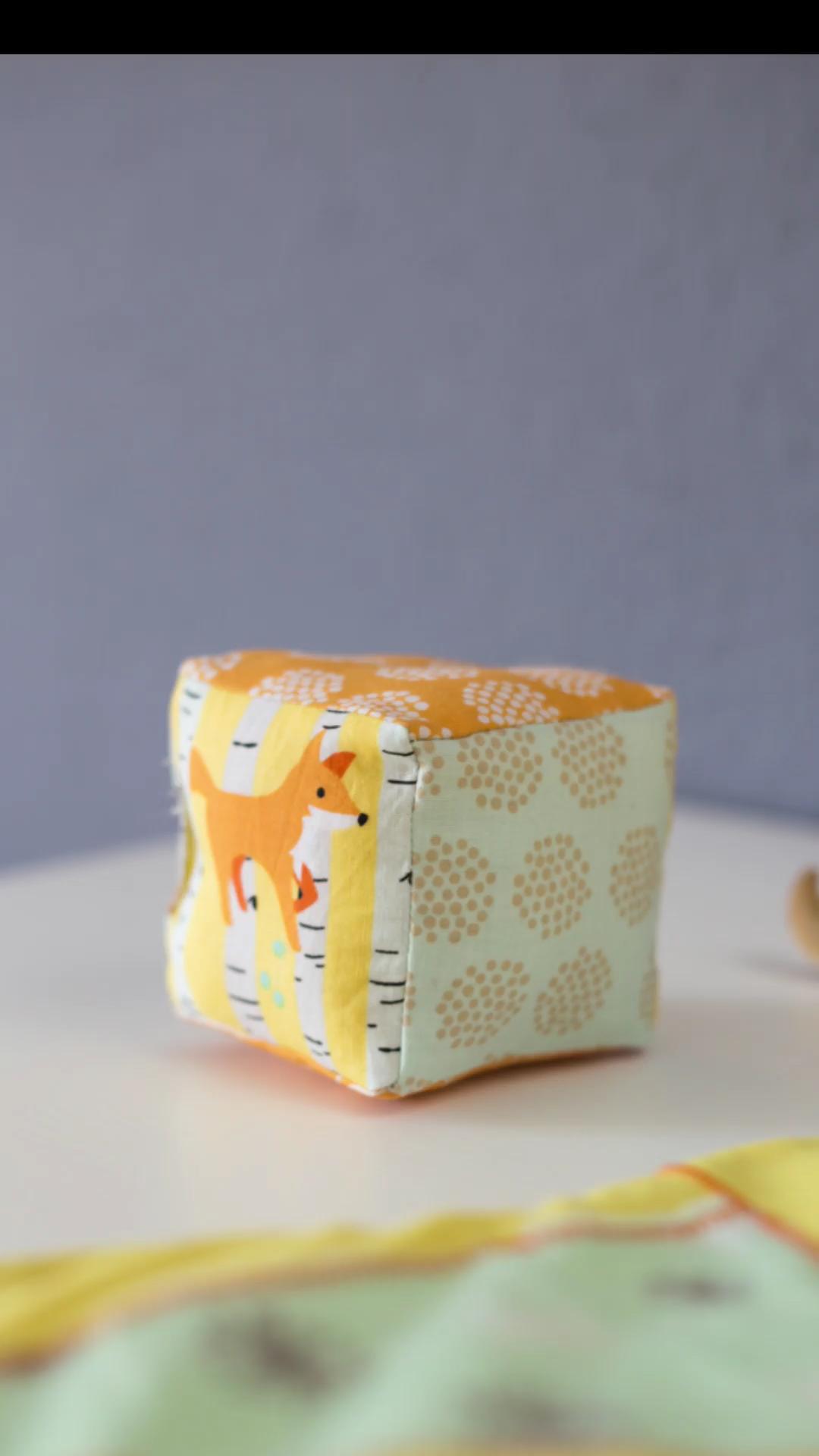 Einfachen Rasselwürfel aus Stoffresten nähen mit DIY Video - Geschenkidee für Babys