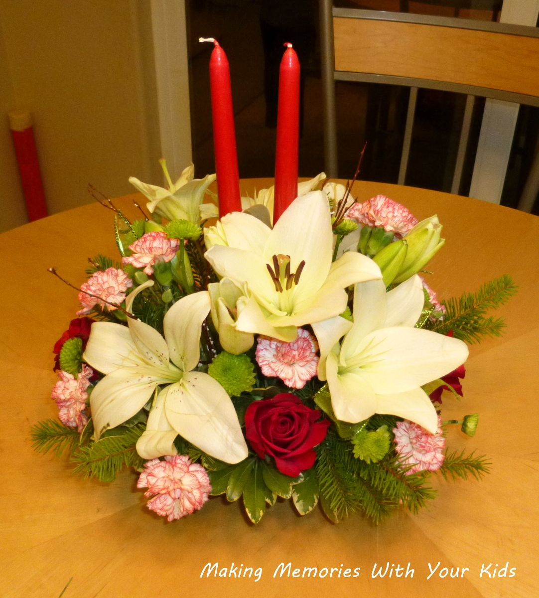 How to make a Christmas table arrangement with candle and ...