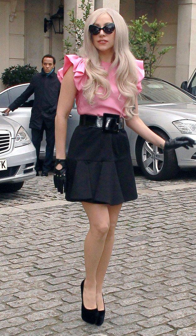 Stefani Joanne Angelina Germanotta, más conocida por su nombre artístico Lady Gaga, es una cantante, compositora, productora, bailarina, activista y diseñadora de moda estadounidense.
