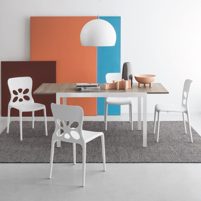 Ideale per la cucina o per il soggiorno, è un tavolo