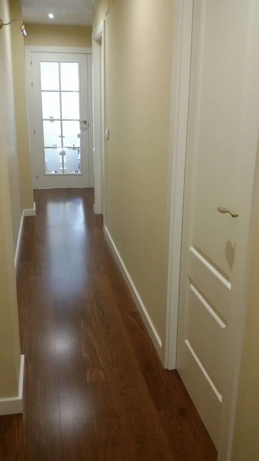 Tarima madera de sucupira y puertas lacada de puertas for Paredes y puertas blancas