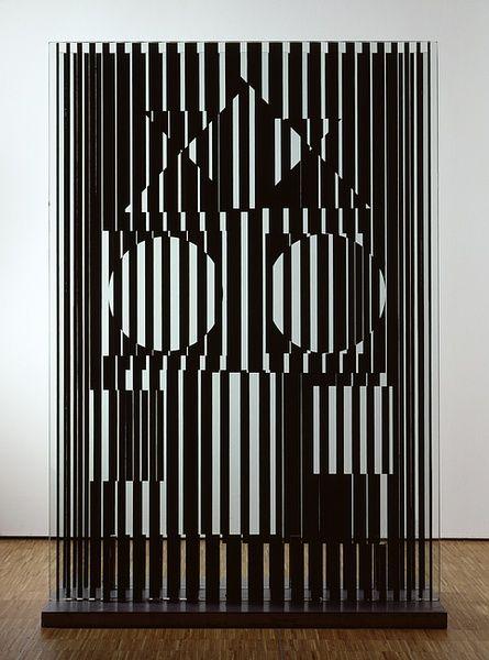 Victor Vasarely, Bi-forme, 1962 Panneaux de verre gravé et socle en métal Verre Saint-Gobin, métal, 200x120x20 cm