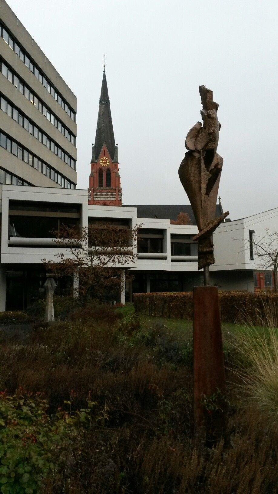 Skulptur mit Teilansicht Rathaus und Ev.Pauluskirche