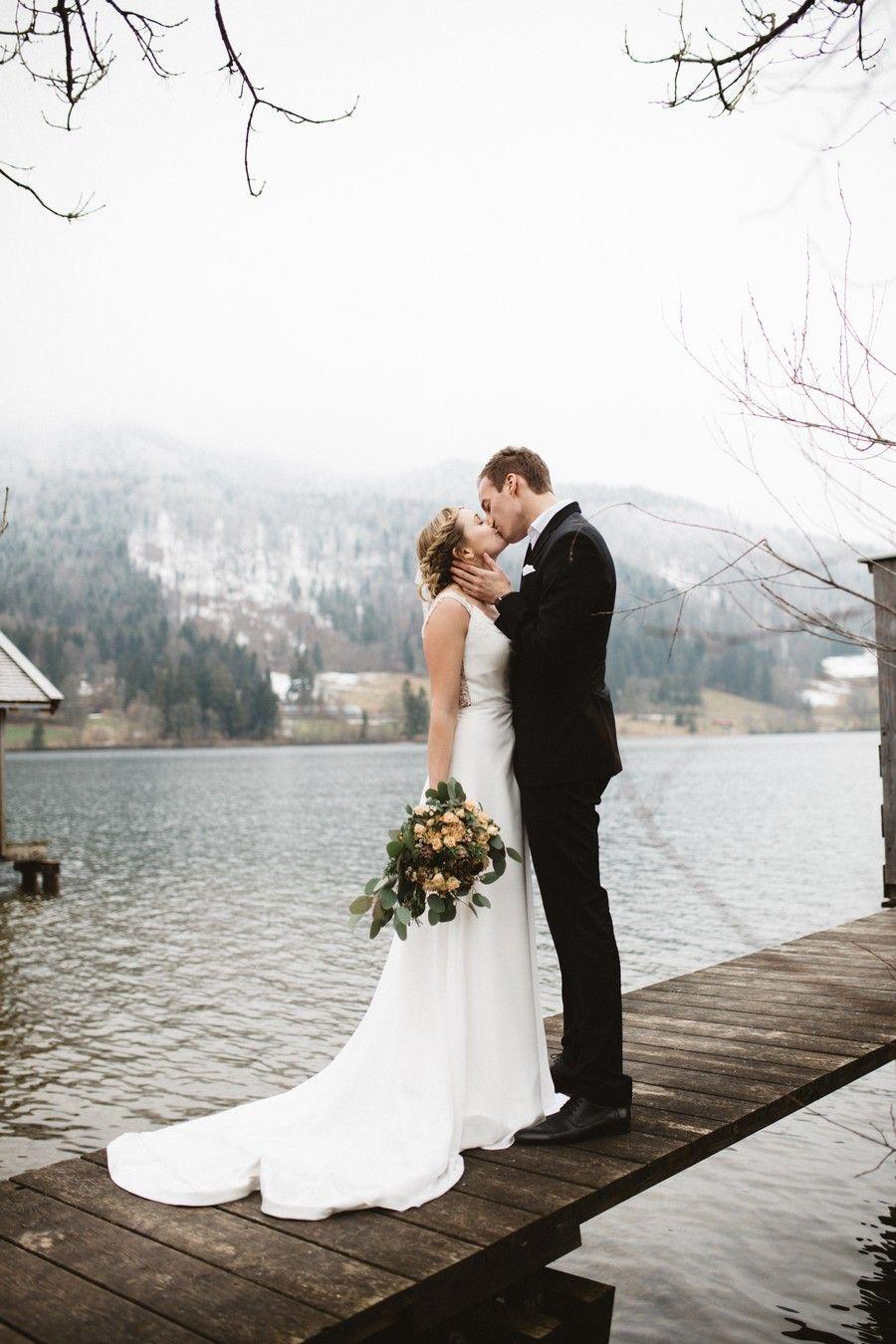 Ein Brautpaar Shooting Mit Boho Vintage Brautkleid Mit Schleppe Und