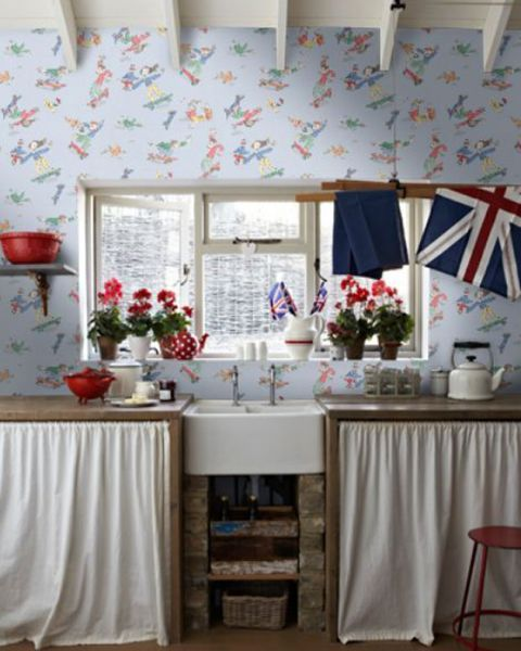Кухня. Оформление кухни детскими обоями с легкими и беззаботными рисунками.