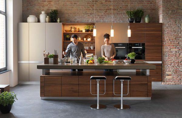 Kochinsel k7 in Nussbaum von TEAM 7 mit Paar beim Kochen Kitchen - küche mit kochinsel grundriss