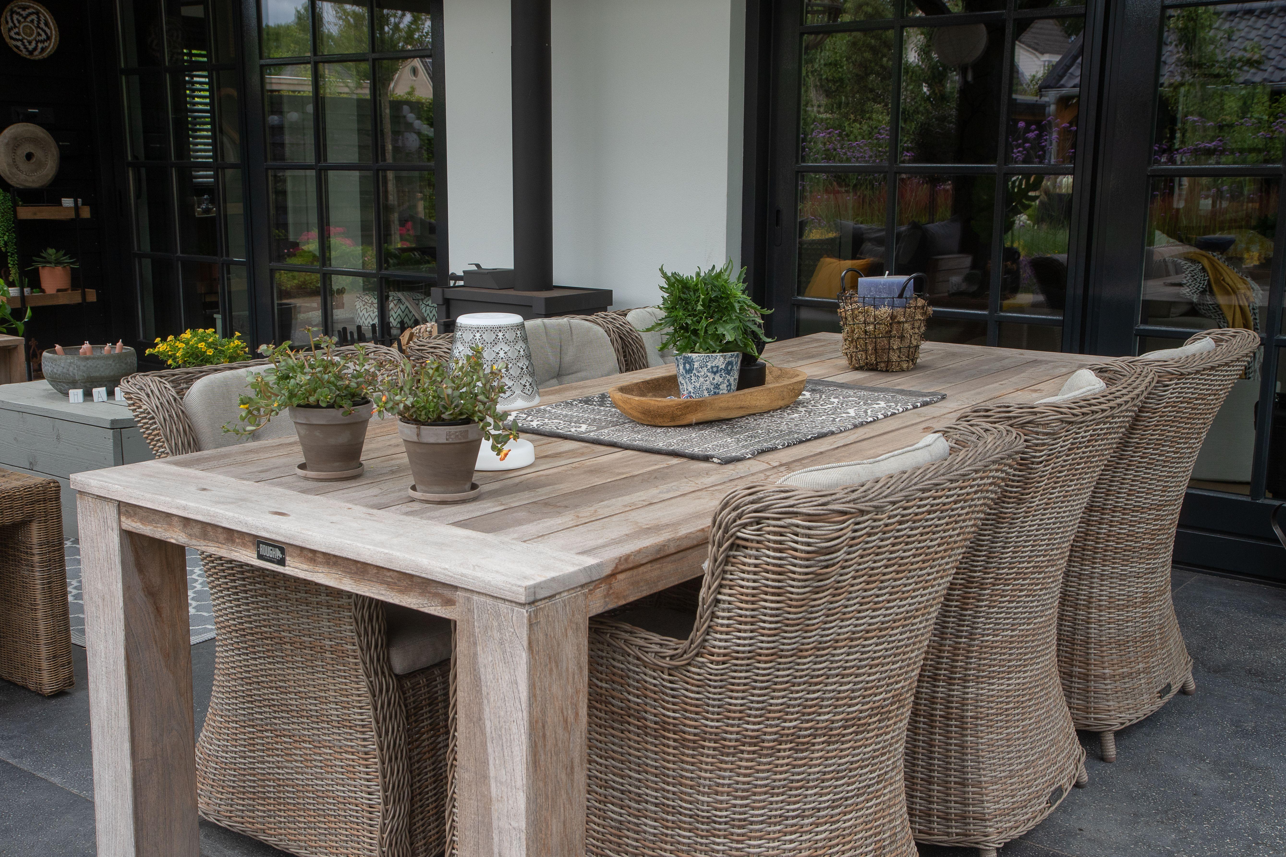 Diese Esstischgruppe Bestehend Aus Gartensesseln Aus Rattan Und Dem Robusten Holztisch Passt Perfekt In Den Rus Gartenmobel Rustikale Tische Tisch Selber Bauen
