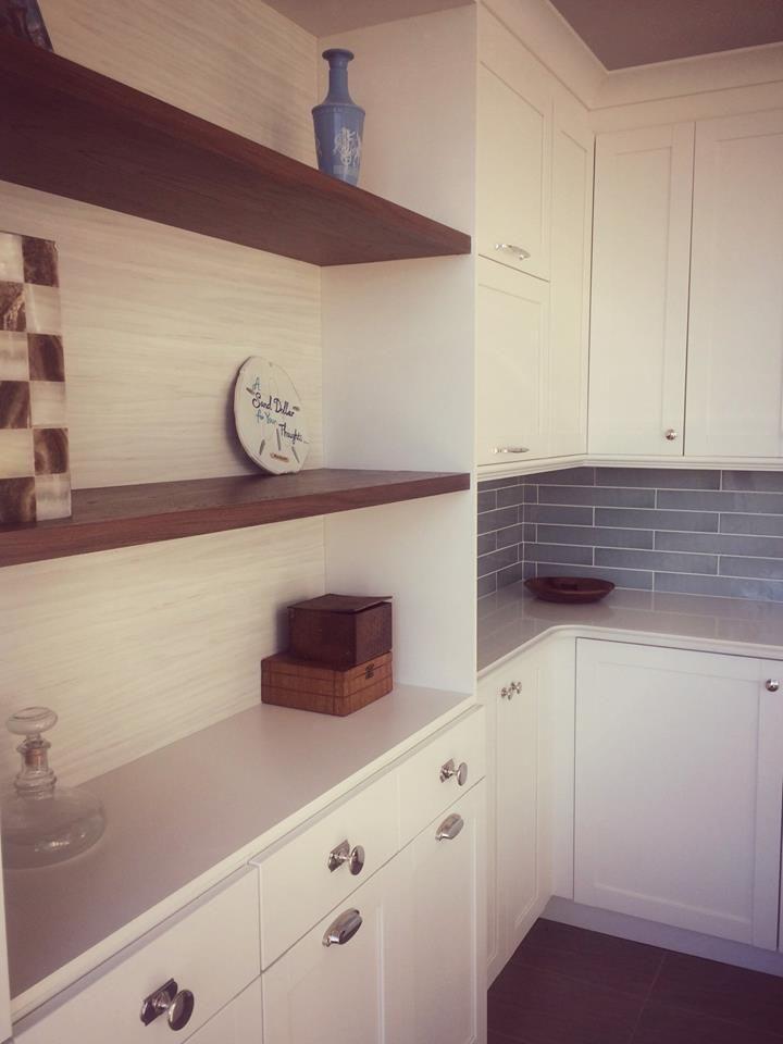cuisine blanche de style cape cod et m lamine bois fonc comptoirs de quartz blanc porte. Black Bedroom Furniture Sets. Home Design Ideas