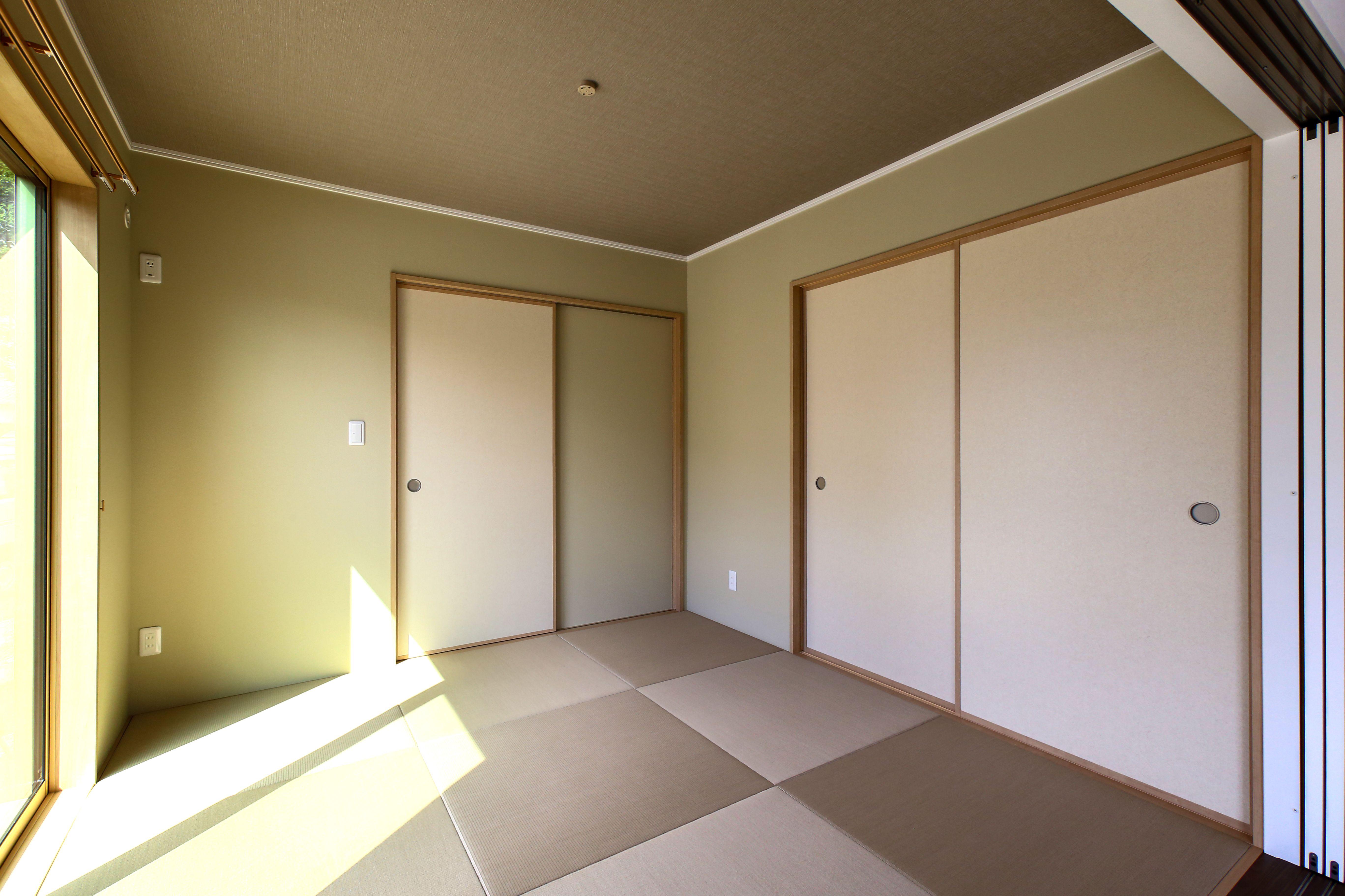 建築実例 和室 縁無し 畳 襖 押入 壁紙 天井 グリーン ブラウン モダン