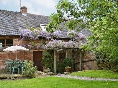 The Garden House Atlow The Garden House Is A Holiday Home With A Garden Set In Atlow In The Derbyshire Region The Unit I Holiday Home Outdoor Home And Garden