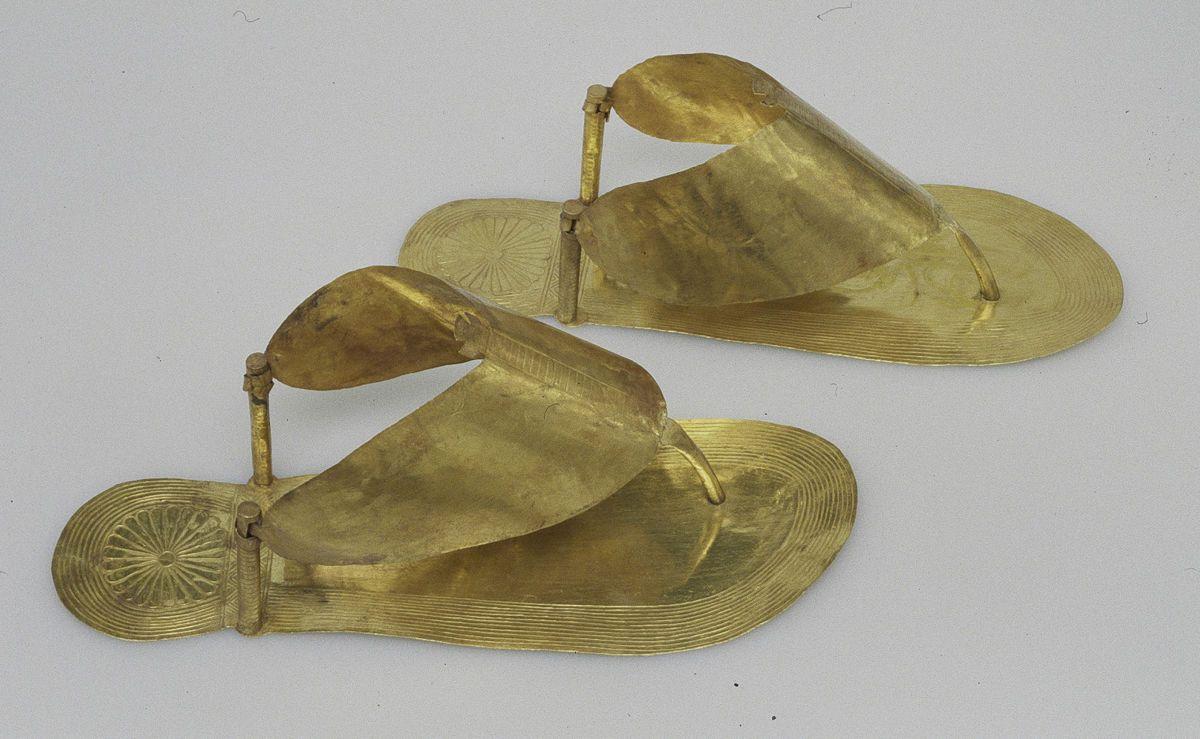 d8f843e58 Sandalias en oro. Ajuar funerario de una de las tres esposas extranjeras de  Tutmosis III. Reinado 1479 a 1425 a.C. Dinastía XVIII del Imperio Nuevo.  Museo ...