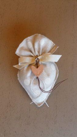 Sacchetto Bomboniera A Forma Di Cuore In Di Traccebottegaartigia 2 70 Crafts Fabric Crafts Wedding Favor Bags