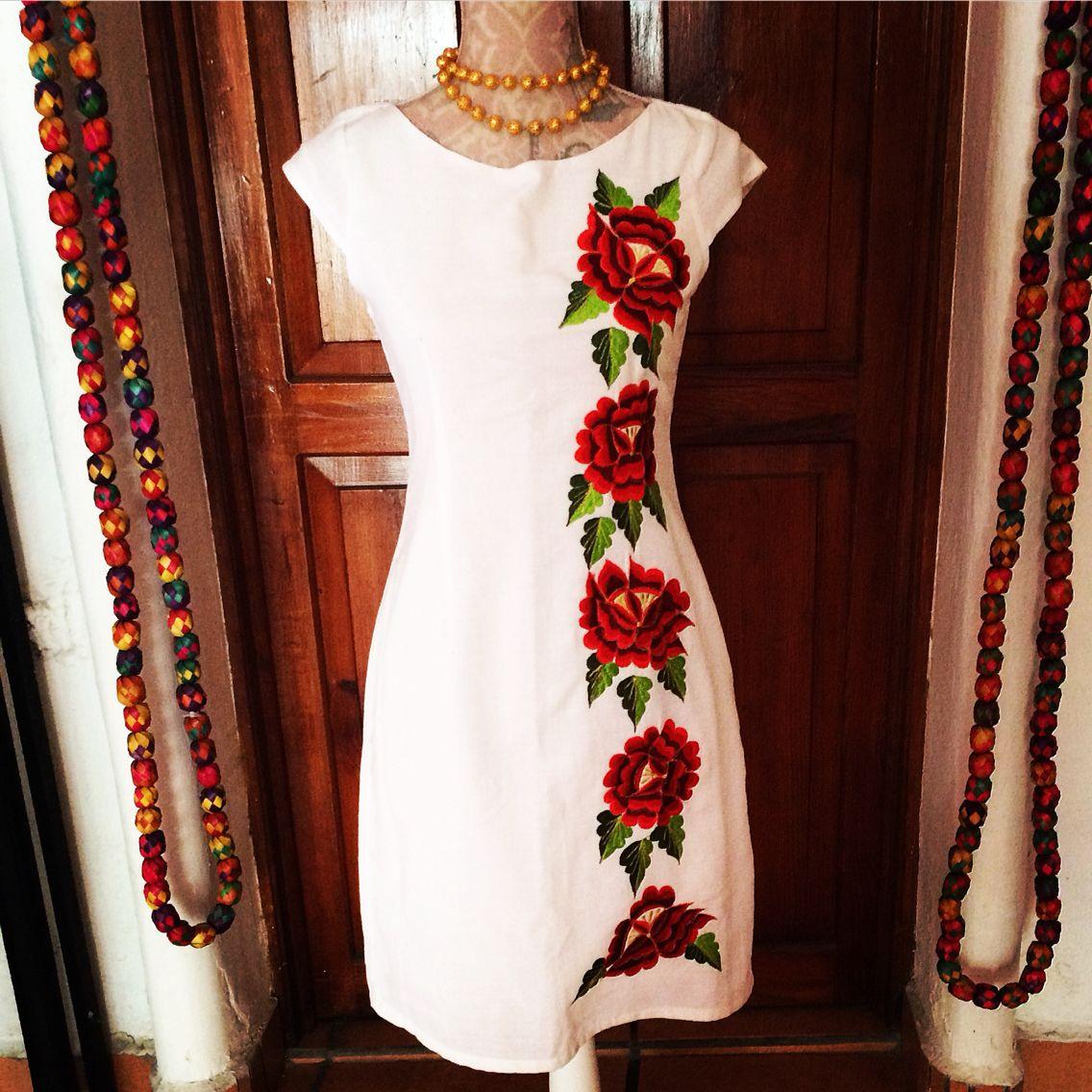 b3322755cd Vestido blanco con flores rojas bordadas del estado de Yucatán ...