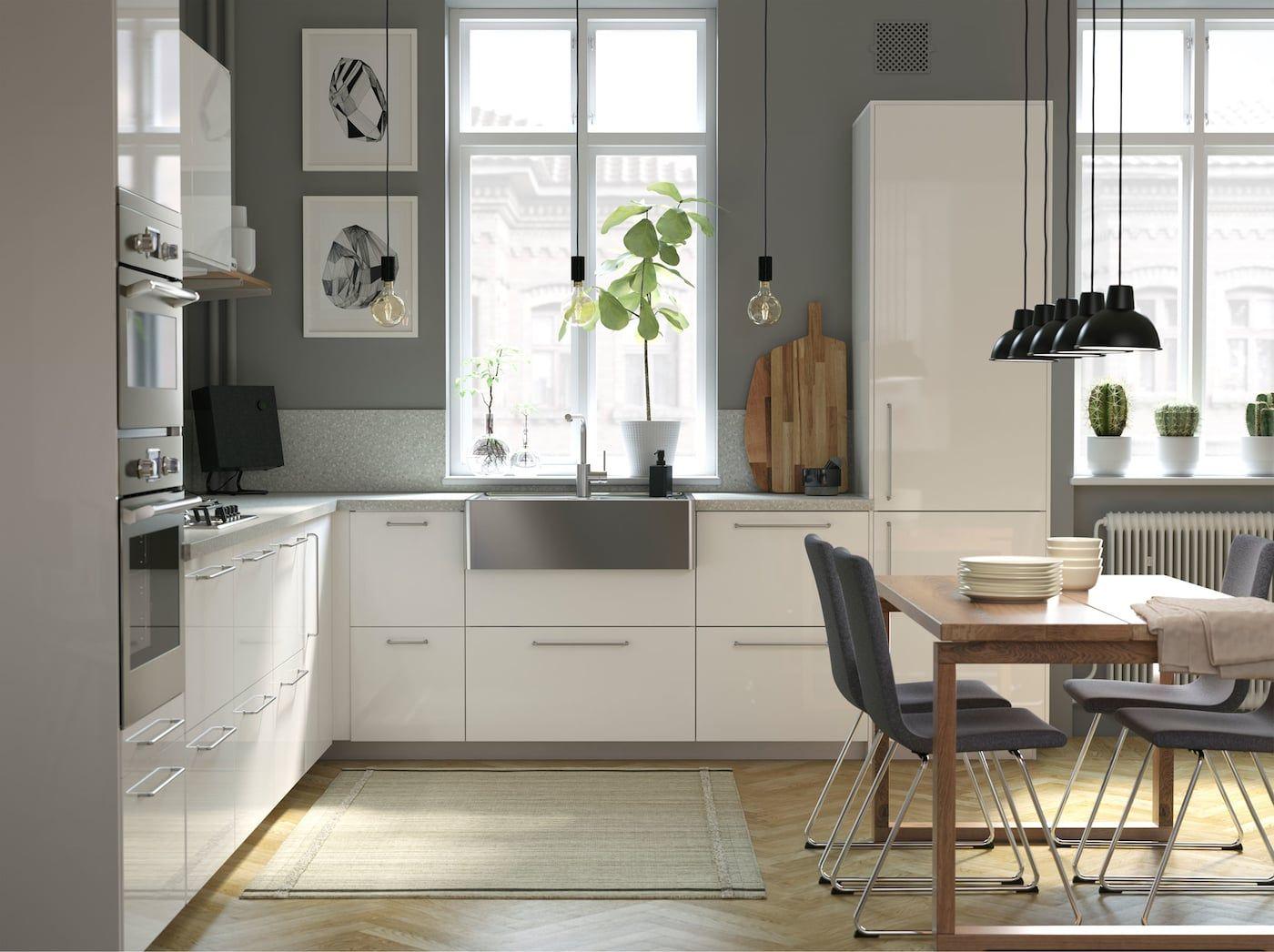 Moderní, světlá a vzdušná kuchyně s dřevěnými detaily