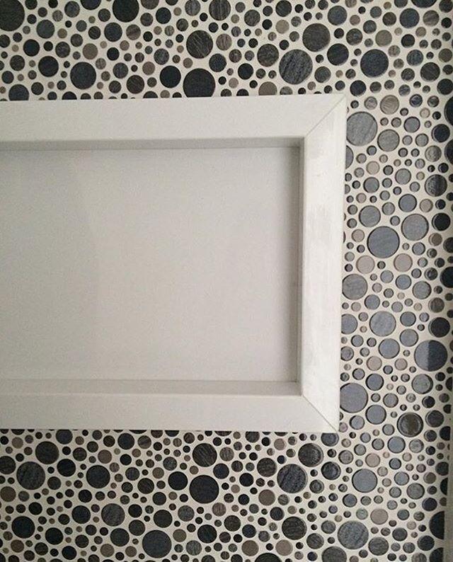 Projeto @ahlaemcasa em parceria. Nicho no box, amo!! Porque além de otimizar o espaço do banheiro as possibilidades de design são muitas: com borda, sem borda, com iluminação, retangular, quadrado, de mármore ou pastilha e mtas outras  Revestimento: Pop Sky, Like Mosaic, Portobello #ahlaemcasa #projetoah #nichos #box #contrateumarquiteto