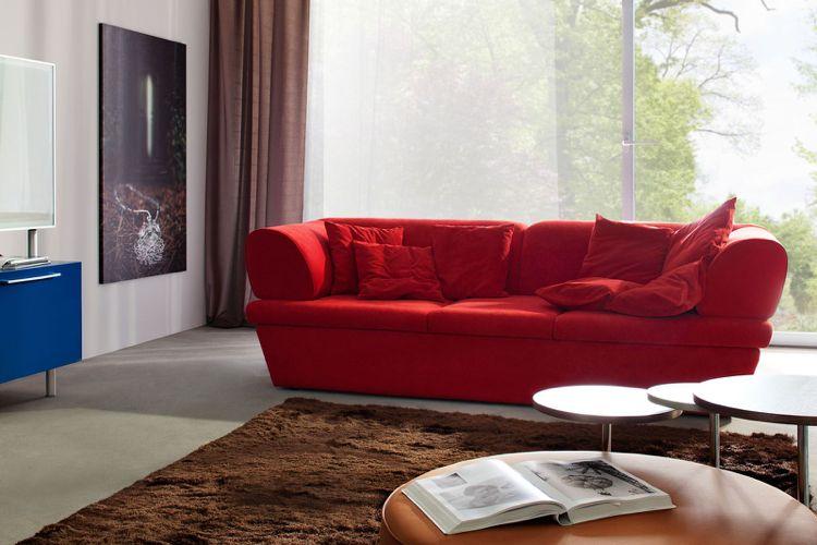 Rote Couch Brauner Teppich Vorhänge Estrich Bodenbelag Wohnzimmer