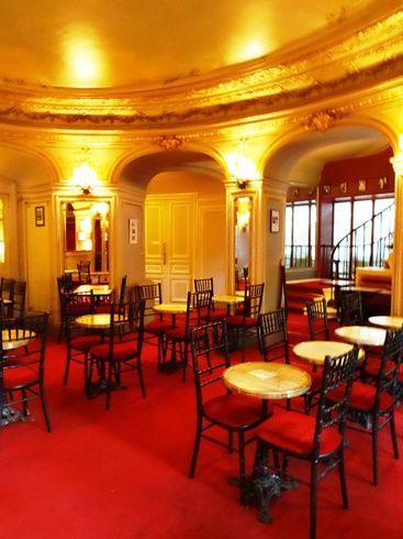"""Théâtre de la Renaissance - Une moquette rouge """"Théâtre"""" lumineuse pour cet établissement qui fait partie intégrante du patrimoine culturel parisien."""