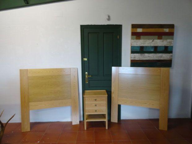 Juego de cabeceros y mesilla para el dormitorio de una casa fabricadas con madera de roble que podéis encontrar en muebles outlet. Además tienen una excelente relación calidad-precio. http://www.mueblesdelagranja.es/blog/mesa-para-el-lobby-de-un-hotel/
