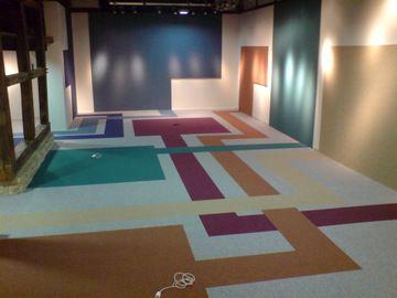 ein fachwerkhaus von innen mal ganz modern farbe und abstrakte formen an w nden und boden sind. Black Bedroom Furniture Sets. Home Design Ideas