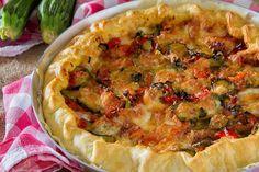 La Torta salata con peperoni, zucchine e mozzarella è un secondo piatto molto gustoso e semplice da realizzare.Provate anche con altre verdure!