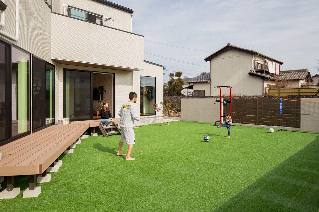 中庭でサッカーを楽しむご家族 天気のいい日は緑がより一層鮮やかです