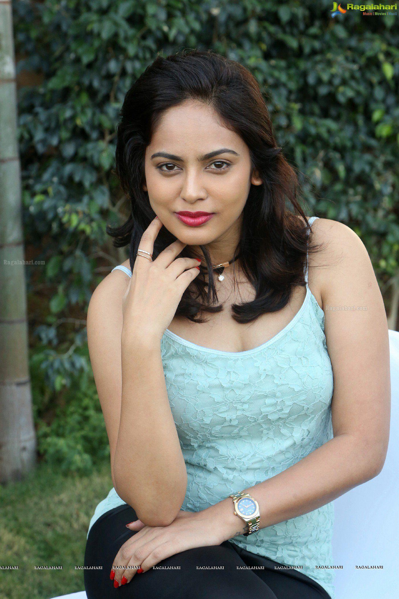 Check Out Beautiful Tamil Heroine Nandita Swetha In Sleeveless Dress