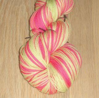 """Pink og æblegrøn håndfarvet tyndt superwash uldgarn, til sjaler, tørklæder og lignende. Luksus håndfarvet superwash merino """"lace"""" garn, 2-trådet"""