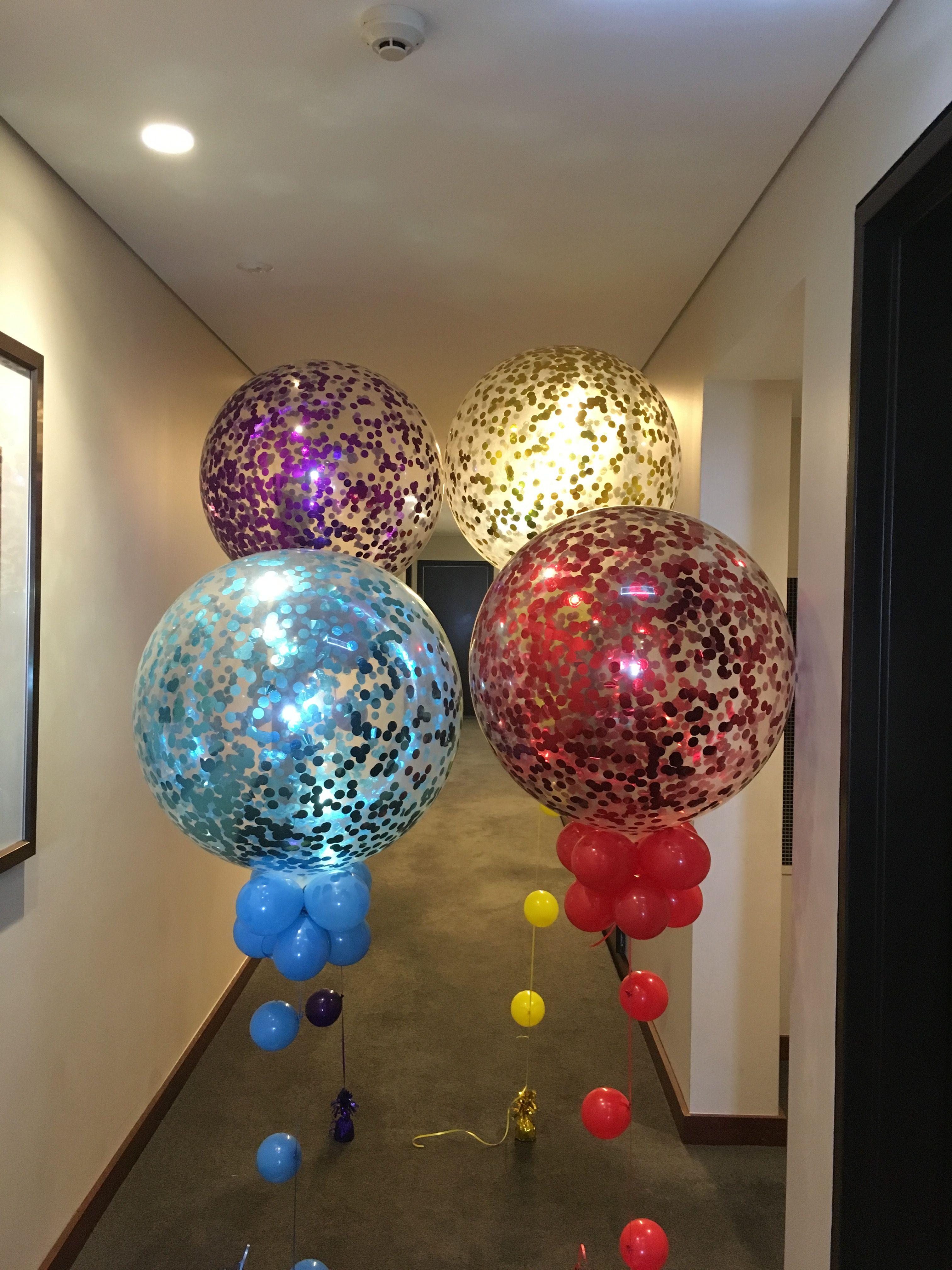 На фото несколько больших шаров что это