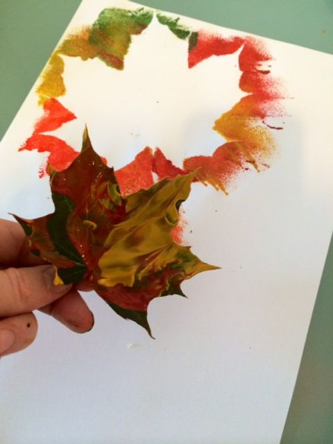 Craft ideas for kids autumn leaf painting trace hands for Fall paintings easy