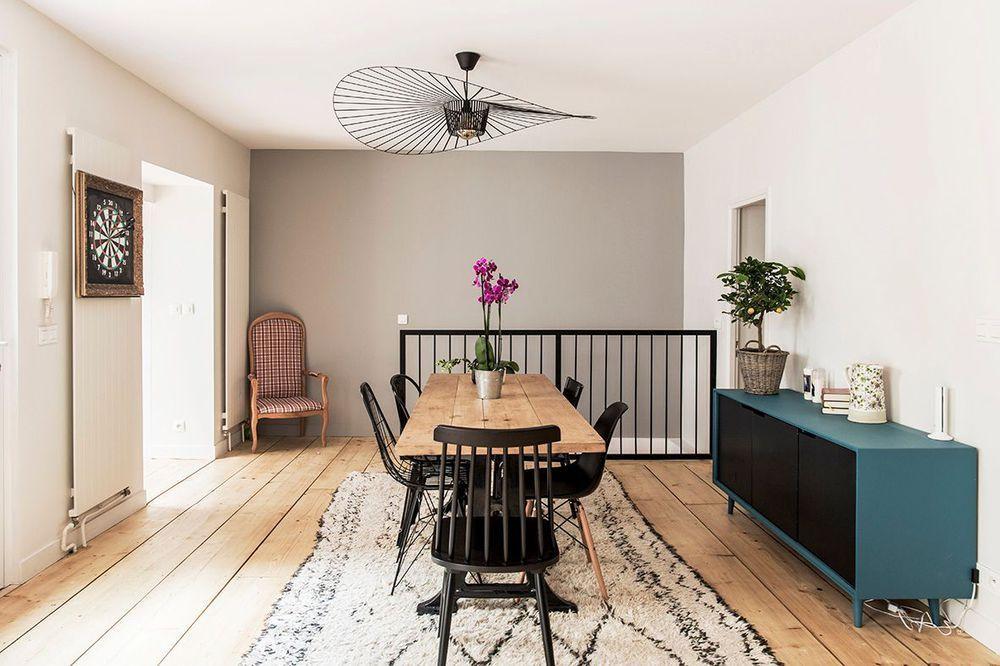 Une salle à manger design et chaleureuse ouverte sur le salon