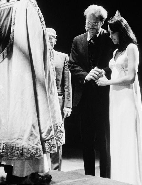 jOAN bAEZ - La cantante folk americana se casó en 1968 con el activista político David Harris, y para el enlace lució este precioso vestido recto de escote en pico, con una caída muy sencilla.